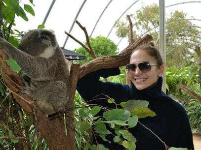 La actriz y cantante Jennifer López junto a un koala en Sydney Australia en una fotografía tomada el 15 de diciembre de 2012 proporcionada por el Zoológico de Sydney el lunes 17 de diciembre de 2012. López conversó con The Associated Press desde Australia donde se encontraba para un concierto en la Arena Allphones.  Foto: Wild Life Sydney Zoo / AP