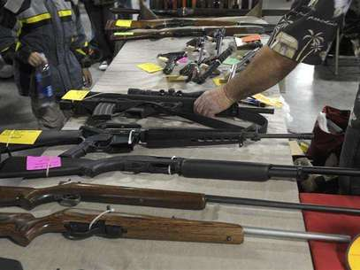 A dealer displays firearms for sale at a gun show in Kansas City, Missouri December 22, 2012. Foto: Dave Kaup / Reuters
