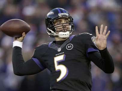 El quarterback Joe Flacco, de los Ravens de Baltimore, lanza contra los Giants de Nueva York, en la primera mitad del juego del domingo 23 de diciembre de 2012, en Baltimore.  Foto: Evan Vucci / AP