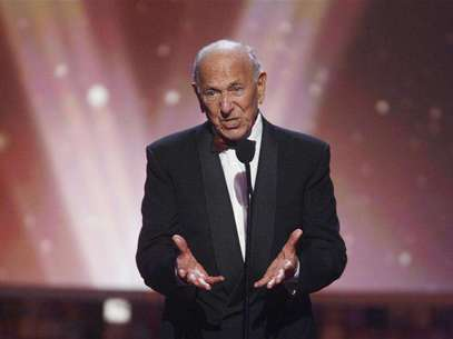 """Actor Jack Klugman, star of the TV series """"The Odd Couple"""", speaks about writer, director and producer Garry Marshall who received the Legend Award at the taping of the 6th annual TV Land Awards in Santa Monica June 8, 2008. Foto: Fred Prouser / Reuters"""