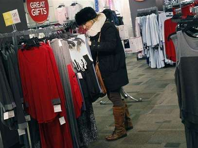 A woman shops for jeans at a J.C. Penney store in New York November 27, 2012. Foto: Shannon Stapleton / Reuters
