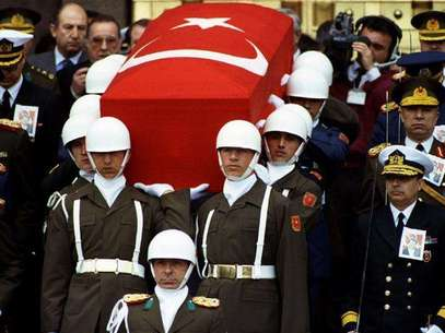 Presidential honour guard carry coffin of President Turgut Ozal as Turkish generals with drawn swords accompany them during a funeral procession in Ankara April 21.. Foto: Reuters