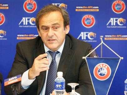 La UEFA ha apelado las sanciones impuestas por su propio organismo de control y disciplina a Serbia e Inglaterra por los incidentes en un partido sub-21 en octubre, dijo el miércoles el organismo que dirige el fútbol europeo. En esta imagen de archivo, el presidente de la UEFA, Michel Platini, en Kuala Lumpur, el 11 de diciembre de 2012. Foto: Bazuki Muhammad / Reuters