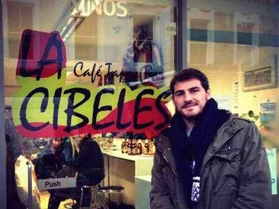 Iker Casillas delante del bar 'La Cibeles' en Londres Foto: Facebook