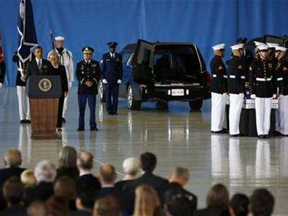 U.S. President Barack Obama and Secretary of State Hillary Clinton participate in a transfer ceremony of the remains of U.S. Ambassador to Libya, Chris Stevens and three other Americans killed this week in Benghazi, at Andrews Air Force Base near Washington, September 14, 2012. Ambassador Stevens and the other Americans died after gunmen attacked the lightly fortified U.S. consulate and a safe house refuge in Benghazi on Tuesday night. Foto: Jason Reed / Reuters