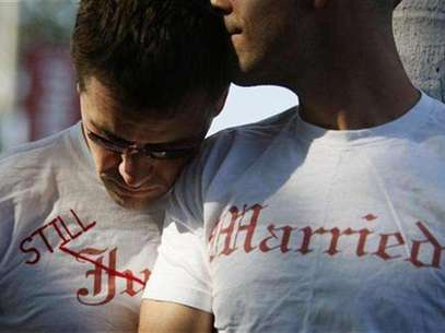 Gay couple Ethan Collings (L), 32, and his spouse Stephen Abate, 36, hug as they celebrate their one-year wedding anniversary in West Hollywood, California, June 16, 2009. Foto: Lucy Nicholson / Reuters