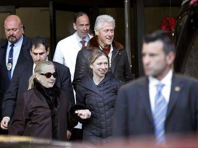 U.S. Secretary of State Hillary Clinton (L) leaves New York Presbyterian Hospital with husband, Bill (TOP), and daughter, Chelsea (C), in New York, January 2, 2013. The secretary of state, who has not been seen in public since Dec. 7, was revealed on Sunday evening to be in a New York hospital under treatment for a blood clot that stemmed from a concussion she suffered in mid-December. Foto: Joshua Lott / Reuters