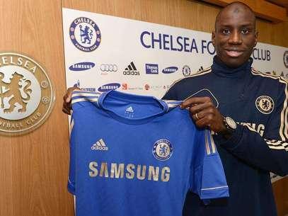 Ba posó para la tradicional camiseta de su nuevo equipo. Foto: Cortesía Chelsea FC