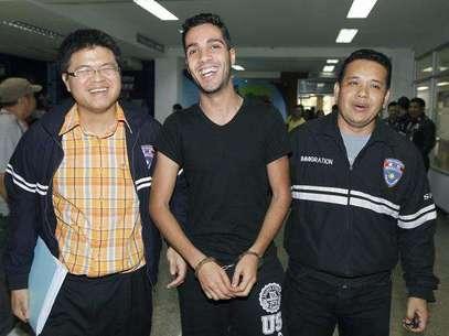 El argelino Hamza Bendelladj compareció sonriente y esposado en una rueda de prensa en Bangkok  Foto: EFE