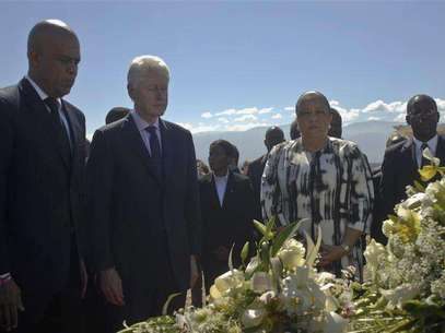 Haiti's President Michel Martelly (L), former U.S. president Bill Clinton (2nd L) and Haiti's First Lady Sophia Martelly (2nd R) visit a memorial service remembering the lives lost in the January 2010 earthquake at the mass burial site at Morne St. Christophe January 12, 2013. Clinton flew to Haiti on Saturday to join the country's president, Michel Martelly, at an official commemoration of the third anniversary of the earthquake that decimated the capital and killed more than 250,000 people. Foto: Swoan Parker / Reuters