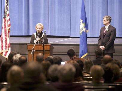 Newtown First Selectwoman E. Patricia Llodra speaks during a community meeting at the Newtown High school on the future of Sandy Hook Elementary School the site of the second-deadliest school shooting in U.S. History in Newtown, Connecticut January 13, 2013. Foto:  Michelle McLoughlin / Reuters