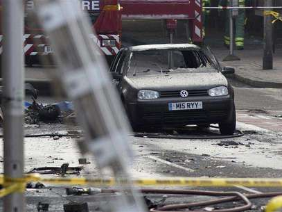 A damaged car is surrounded by debris from a crashed helicopter in Vauxhall, London January 16, 2013. Foto: Neil Hall / Reuters