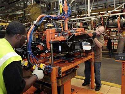 Ford Assembly workers install a battery onto the chassis of a Ford Focus Electric vehicle at the Michigan Assembly Plant in Wayne, Michigan November 7, 2012. Foto: Rebecca Cook / Reuters