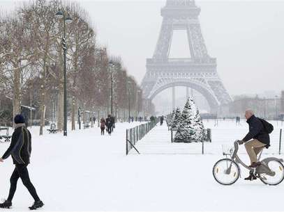 A man rides a Velib self-service public bicycle as he makes his way along a snow-covered area at the Champs de Mars near the Eiffel Tower in Paris January 19, 2013. Foto: John Schults / Reuters