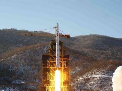 The Unha-3 (Milky Way 3) rocket carrying the second version of Kwangmyongsong-3 satellite, is launched at West Sea Satellite Launch Site in Cholsan county, North Pyongan province, December 12, 2012 in this picture released by the North's KCNA news agency in Pyongyang early December 14, 2012. Foto: KCNA / Reuters