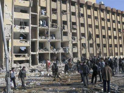 Residents stand near buildings damaged by what activists said were missiles fired by a Syrian Air Force fighter jet loyal to President Bashar al-Assad in Daraya January 18, 2013, in this picture provided by Shaam News Network. Foto: Kenan Al-Derani / Reuters