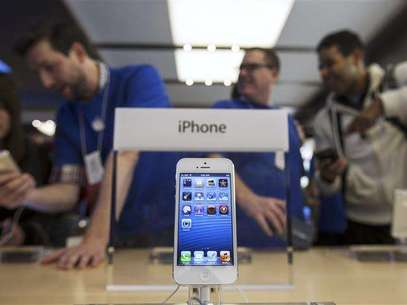 An Apple iPhone 5 phone is displayed in the Apple Store on 5th Avenue in New York, September 21, 2012. Foto: Lucas Jackson / Reuters