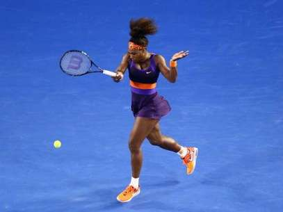 Serena Williams golpea la bola en su partido ante Maria Kirilenko. Foto: Getty Images