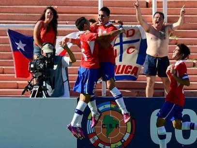 El delantero de la UC abrió la cuenta con un verdadero golazo Foto: AFP