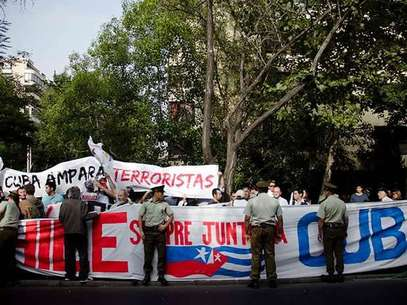De esta forma la UDI mostró su rechazo a la visita de Raúl Castro a Chile. Foto: AGENCIA UNO