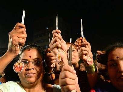 El partido de Shiv Sena, conocido por declaraciones y acciones violentas, comenzó la distribución de las armas blancas el miércoles por la tarde en Bombay.  Foto: AFP