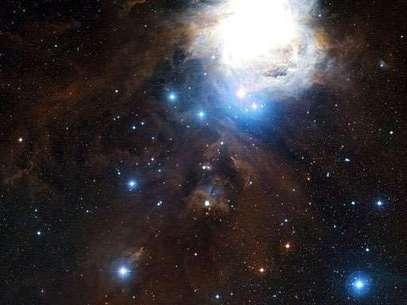 En el espacio, las densas nubes de gas y polvo cósmico son el lugar de nacimiento de estrellas, aunque éstas quedan ocultas por el polvo cuando se observan con luz visible.  Foto: EFE