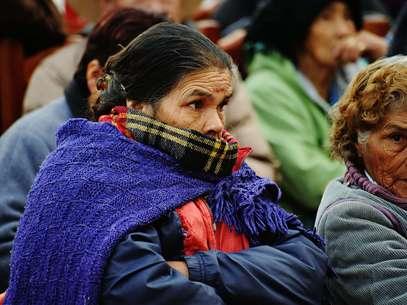 Un grupo de personas acude a recoger cobijas que reparte el gobierno del estado afectado por las bajas temperaturas en Durango. Foto: EFE en español