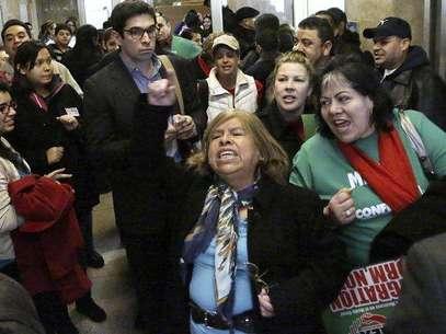 El gobernador demócrata Pat Quinn firmó el domingo la ley rodeado de cientos de partidarios que dicen que la medida volverá más seguras las calles de Illinois y expandirá las oportunidades de los inmigrantes que viven en el país sin la debida autorización. Foto: AP