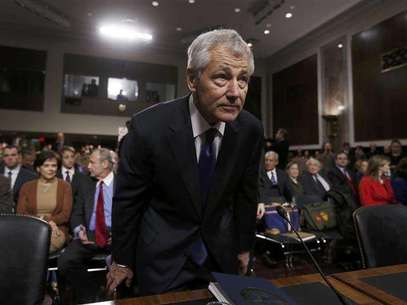 Former Sen. Chuck Hagel (R-NE) (L), sits down before giving testimony to the Senate Armed Services Committee to be Defense Secretary, on Capitol Hill in Washington, January 31, 2013. Hagel, 66, is a decorated Vietnam War veteran and a former two-term Republican senator. Foto: Kevin Lamarque / Reuters