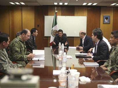 Mexico's President Enrique Pena Nieto (C) holds a meeting with Interior Minister Miguel Angel Osorio Chong (L), Attorney General Jesus Murillo Karam (R), Pemex Director Emilio Lozoya (2nd R) and military personnel at the headquarters of state-owned oil giant Pemex in Mexico City February 3, 2013 in this picture provided by the Mexico Presidency. Foto: Mexico Presidency / Reuters