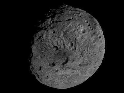Un pequeño asteroide pasará la semana próxima más cerca de la Tierra que los satélites de televisión que orbitan el planeta, pero no hay posibilidad de que se produzca un impacto, dijo la NASA el jueves. En la imagen de archivo, el polo sur del asteroide gigante Vesta, difundida por la NASA en septiembre de 2011. Foto: NASA / Reuters