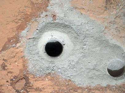 Esta imagen difundida por la NASA el sábado 9 de febrero de 2013 muestra un agujero recién perforado, al centro, efectuado por la sonda Curiosity en Marte el viernes 8 de febrero junto a otro agujero realizado anteriormente. Foto: NASA / AP