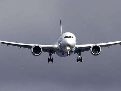 Un avión 787 de Boeing aterriza el jueves 7 de febrero de 2013, en el aeropuerto Paine Field en Everett, Washington, en un viaje de reubicación desde Texas. El sábado 9 de febrero, Boeing sometió a un avión 787 a un vuelo de prueba el sábado, el primero desde que a la nueva aeronave se le prohibió volar hace tres semanas por el incendio de una batería.  Foto: Elaine Thompson / AP
