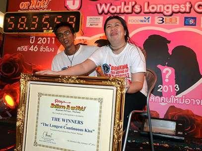 Ekkachai y Laksana Tiranarat derrotaron a los vencedores del año pasado y titulares del récord anterior (50 horas 25 minutos y un segundo), una pareja gay que esta vez desistió solamente dos minutos antes que ellos. Foto: AFP