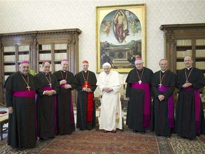 Pope Benedict XVI poses with Italian cardinal Angelo Bagnasco (4th L) and bishops from the Liguria region during a meeting at the Vatican February 15, 2013. Foto: Osservatore Romano / Reuters