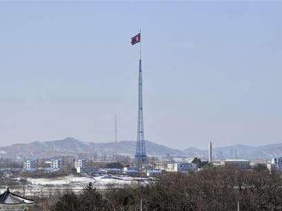 Una bandera norcoreana en el poblado de Gijeongdong, feb 15 2013. Corea del Norte le dijo a China, su principal aliado, que está preparada para realizar una o incluso dos pruebas nucleares más este año, en un intento por forzar a Estados Unidos a sostener conversaciones diplomáticas con Pyongyang, dijo una fuente con conocimiento directo del mensaje. Foto: Jung Yeon-je / Reuters