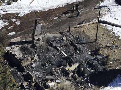 Authorities stand at the site of a burnt out cabin near Angelus Oaks, California February 13, 2013, where police believe they engaged in a shootout with fugitive former Los Angeles police officer Christopher Dorner on Tuesday. Foto: Gene Blevins / Reuters