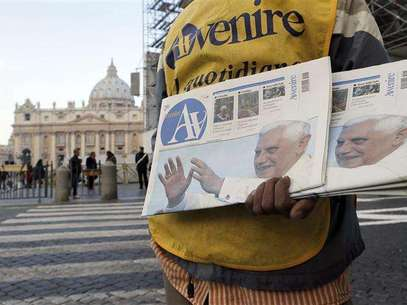 A newspaper seller shows newspapers with photographs of Pope Benedict XVI outside the Vatican February 17, 2013. Thousands of people are expected to gather in St. Peter's Square for Pope Benedict's Sunday Angelus prayer. Foto: Alessandro Bianchi / Reuters