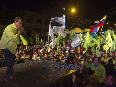 Ecuador's President Rafael Correa addresses his supporters from a balcony of Carondelet Palace in Quito February 17, 2013. Foto: Gary Granja / Reuters