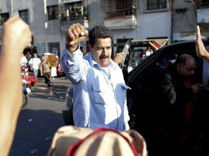 Venezuela's Vice President Nicolas Maduro greets supporters outside the military hospital after visiting President Hugo Chavez in Caracas February 18, 2013. Foto: Jorge Silva / Reuters