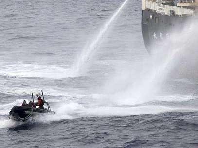 Japanese research vessel Nisshin Maru fires water cannons at the Sea Shepherd Delta boat in Mackenzie Bay, Antarctica in this handout picture taken on February 19, 2013 by Sea Shepherd Australia. Foto: Eliza Muirhead - Sea Shepherd Australia / Reuters