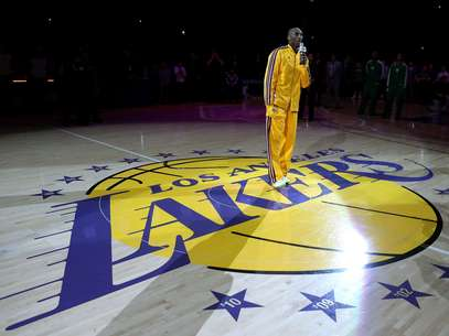 Koby Bryant speaks in honor of former Lakers owner Jerry Buss, who passed away from cancer earlier this week. Foto: Getty Images
