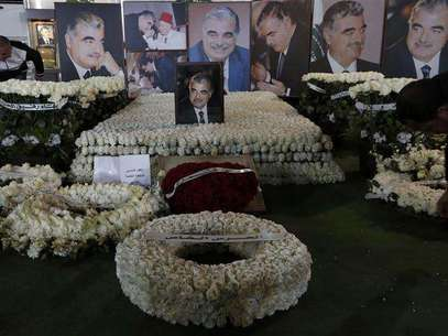Wreaths and pictures of Lebanon's former Prime Minister Rafik al-Hariri are seen at his gravesite in downtown Beirut February 14, 2013. Thursday marks the eighth anniversary of Hariri's assassination. Foto: Jamal Saidi / Reuters
