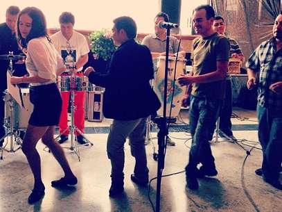Ximena Sariñana publicó en la red la imagen de sus pasos de baile al ritmo de la cumbia tropical de Los Ángeles Azules. Foto: Instagram