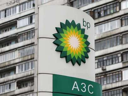 A BP logo is seen in front of an apartment block near a petrol station in Moscow October 22, 2012. Foto: Maxim Shemetov / Reuters