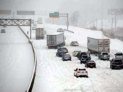 Stalled vehicles are seen during a blizzard as traffic comes to a standstill on the I-635 in Kansas City, Kansas, February 21, 2013. Foto: Dave Kaup / Reuters