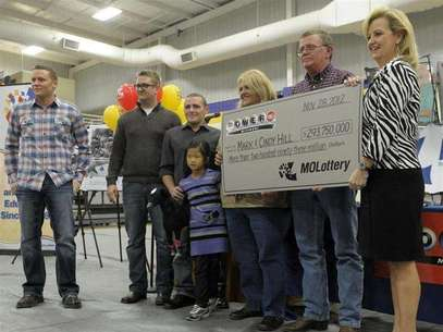 The Hill family holds an oversized check presented by Missouri Lottery director May Scheve (R) during a news conference at the North Platte High School in Dearborn, Missouri, November 30, 2012. Foto: Dave Kaup / Reuters