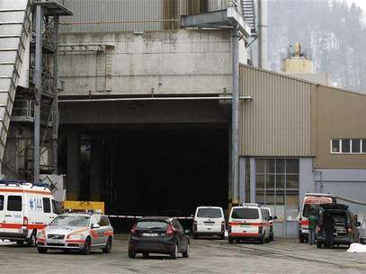 Police and rescue service vehicles are seen in front of the wood processing plant of Kronospan following a shooting in Menznau near Lucerne February 27, 2013. Swiss police said in a brief statement that three people had been killed and seven seriously injured at a shooting at the plant. Foto: Michael Buholzer / Reuters