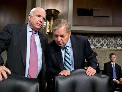 El reconocimiento de McCain y Graham, dos líderes de un grupo bipartidista del Senado que trabaja en un proyecto de reforma migratoria, llegó a pesar de que otros republicanos opinan que Obama sólo quiere abordar la inmigración como un asunto político para obtener el apoyo latino. Foto: AP