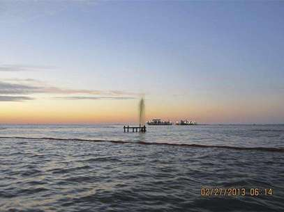 An inactive wellhead owned by Swift Energy is seen discharging an oily-watery mixture after being struck by a 42-foot crewboat, the Sea Rider, off the coast of Port Sulphur, Louisiana February 26, 2013 in this U.S. Coast Guard handout photo released February 27, 2013. The Coast Guard is responding to the incident and is working with federal, state and local agencies as well as Swift Energy to secure the well and contain and clean up any oil that is leaking. Foto: U / Reuters